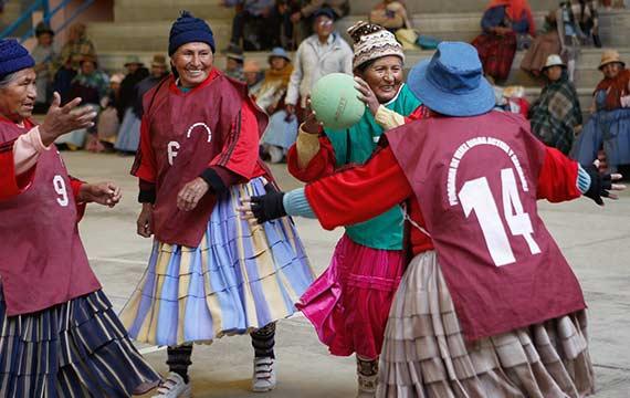 Bolivian-grandmas-handball