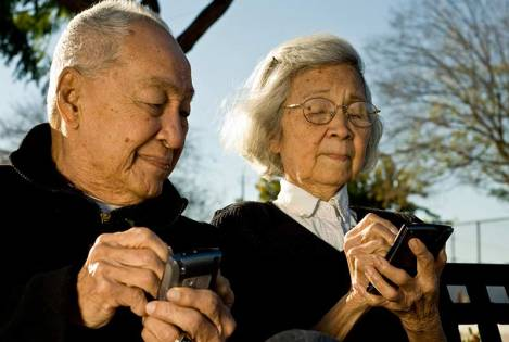 older-couple-with-smartphones