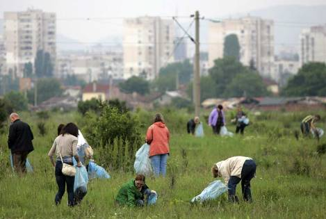 volunteers-picking-up-trash