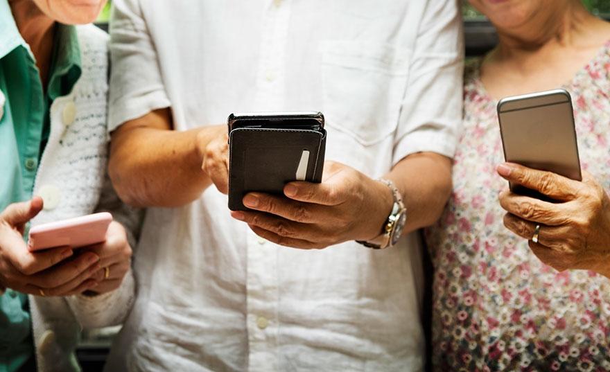 seniors-with-smartphones