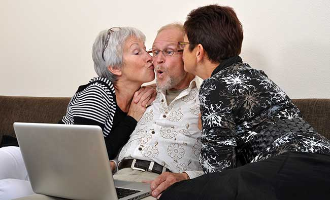 seniors-kissing-with-laptop